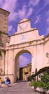 The sun dial arch at Gerace